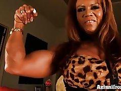 Muskel Babe Pumpen sich ihre große Klitoris