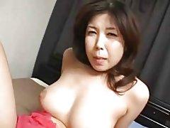 Ziemlich busty japanische Milf & s Fotze Doggystyle