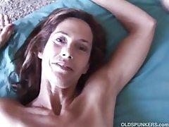Schlanke ältere Babe genießt einen harten Schwanz in ihrem engen Arschloch