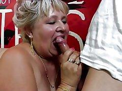 Alte Oma ruft ihre haarige Muschi von jungen gebohrt
