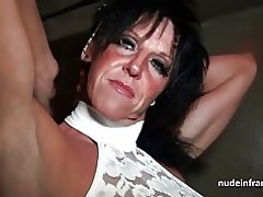 Busty Mom hart schlug in einem Sexshop Keller