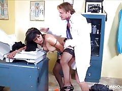 Meximilf gabby Quinteros saugt fickt ihr Arzt!