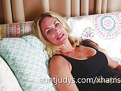 Reife Sydney erzählt Sie von ihrem ersten Kuss und masturbiert