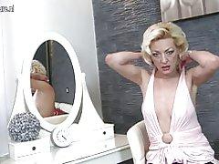 Reife blonde Mutter spielt mit ihrer feuchten pussy