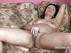 Exotische Milf Valentina Lopez spielt mit ihre nasse Muschi