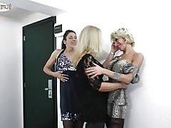 Amateur lesbische Mütter fuck einander in 3some