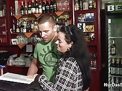 Deutsche 38 Jahre alte Mutter bekommen gefickt in Bar von jüngeren stranger