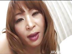 Hahn hungrig Hikaru Wakabayashi auf den Knien Saugen dick