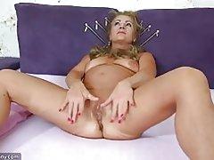 Oldnanny alte Reifen tun Striptease und masturbieren Muschi